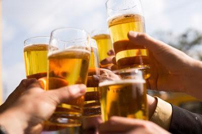 """Uống bia kiểu """" trai làng mình bảo vệ gái làng ta"""""""
