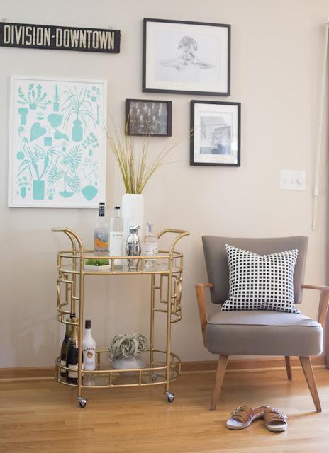 Einrichten und Wohnen wie ein Hipster - Barwagen und Cocktailsessel im Wohnzimmer