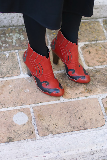 Gaia d'Este ankle boots, Isabel Marant style country boots, red and black boots, Fashion and Cookies, fashion blogger