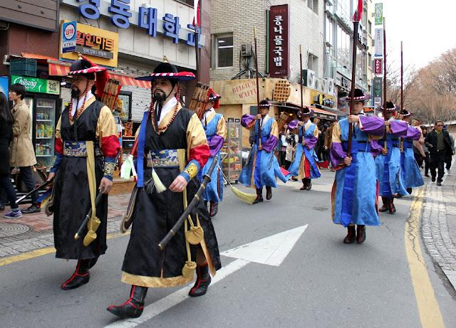 Guardias desfilando hacia el palacio Deoksugung del centro de Seúl