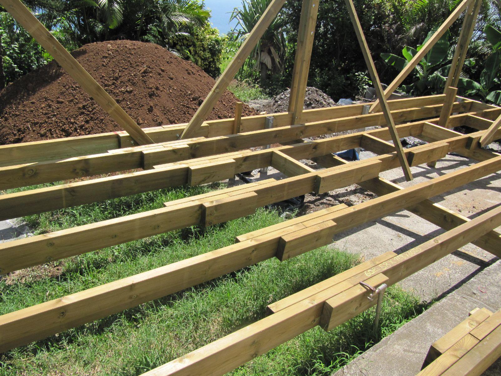 travaux de notre case la r union pose de l 39 ossature bois de l 39 extention et la varangue. Black Bedroom Furniture Sets. Home Design Ideas