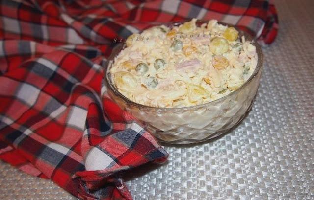 Szybka sałatka z selerem konserwowym, serem żółtym i wędliną