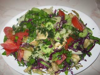Χωριάτικη σαλάτα νηστίσιμη ένα πλήρες γεύμα γεμάτο βιταμίνες