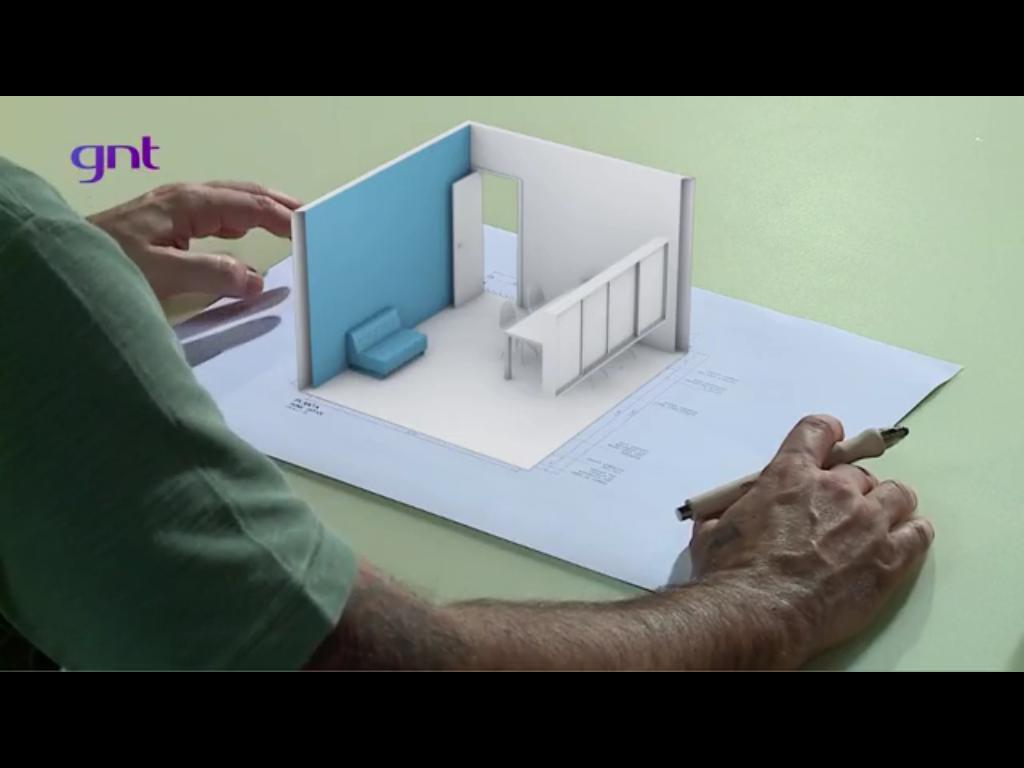 Maquete sobre a planta do projeto com a qual Marcelo Rosenbaum explica a disposição dos móveis no programa Decora GNT