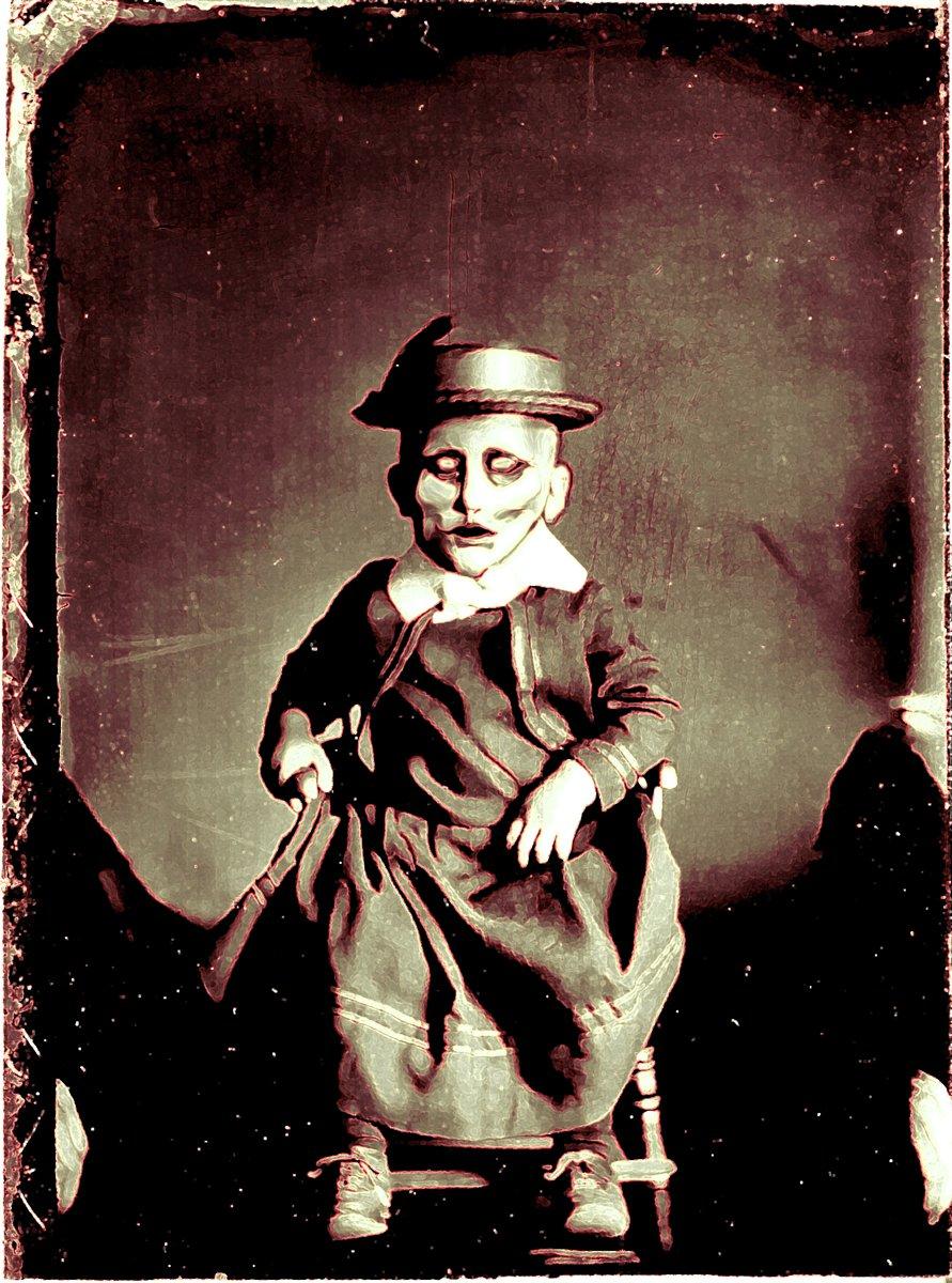 foto antigua de un niño con una mascara