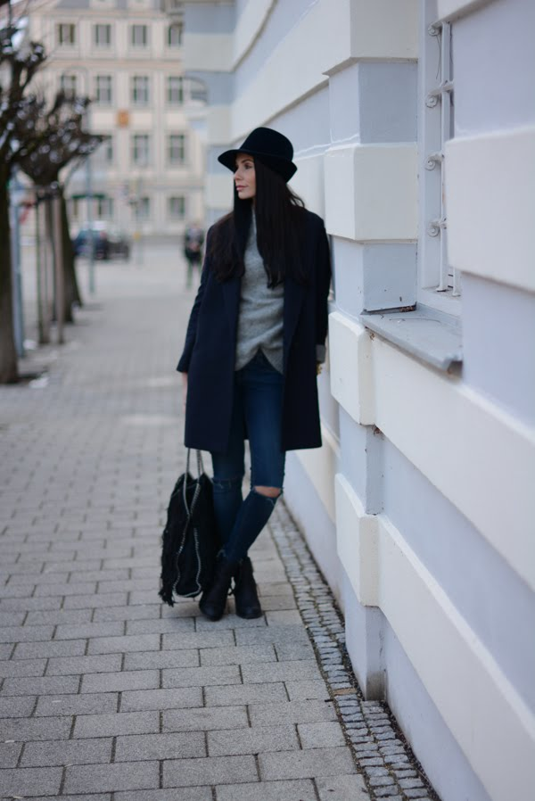 LAMOURDEJULIETTE_HAT_OUTFIT_STELLA_MCCARTNEY_FRINGE_BAG_ACNE_PISTOL_BOOTS_WINTER_OUTFIT_010