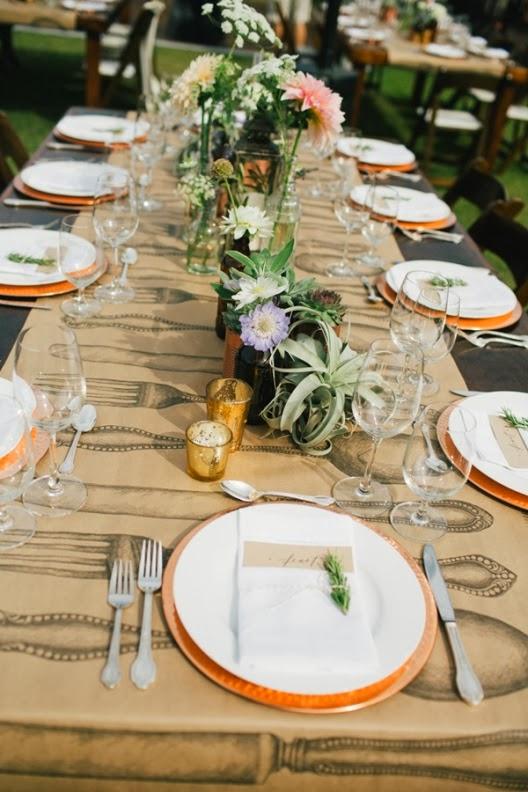 mesa de boda decorada con flores
