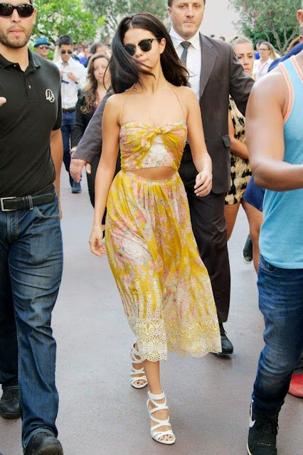 Moda look  Selena Gomez  vestido amarelo padrões e renda