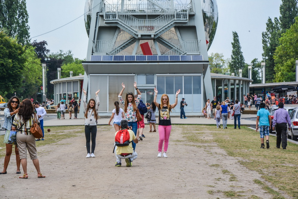 funny photos near Atomium