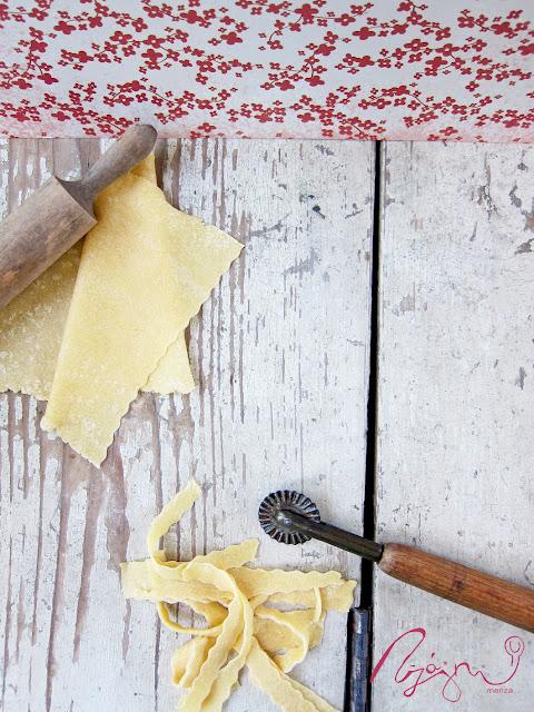 Tonhalas ravioli menta pesztóval és málnahabbal