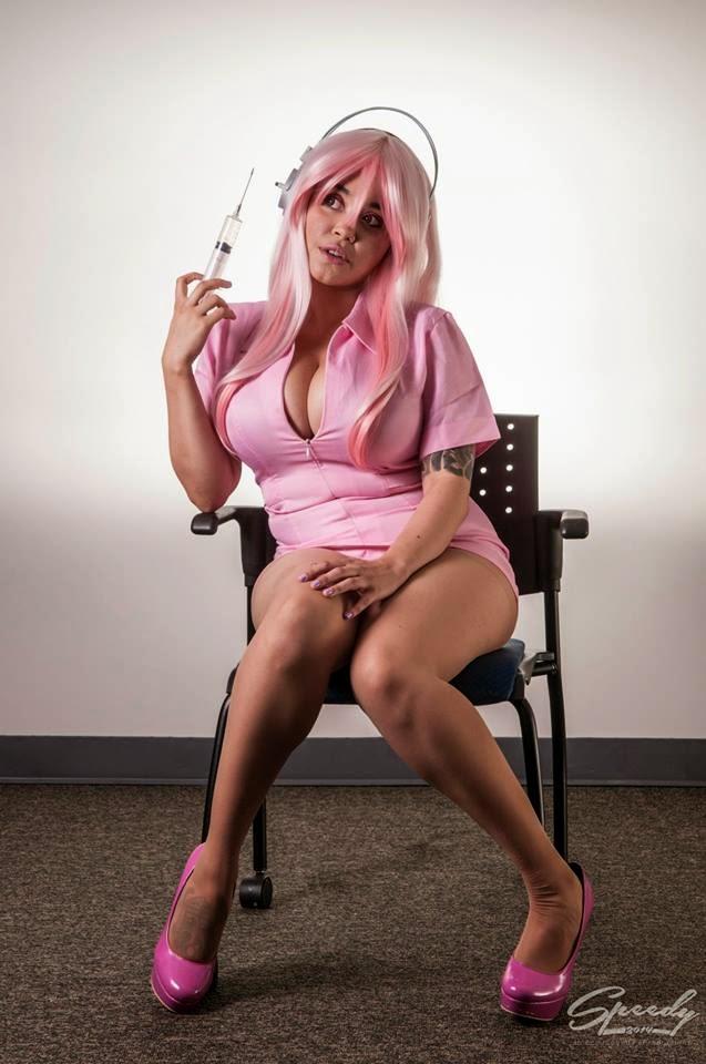 photo d'Envyus Deviant en uniforme de cuir rose d'infirmière assise sur une chaise