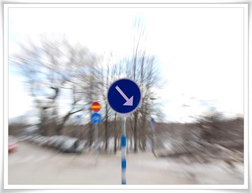 Blå vägskylt fotad under utzoomning