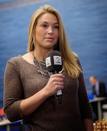 Kaja Marie Snare de la télévision norvégienne annonce de bonnes nouvelles à ses téléspectateurs fan d'échecs lors de la ronde 9 du Tata Steel - Photo © Alina L'Ami