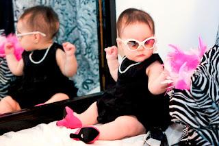 Foto Gambar Bayi Pakai Sepatu High Heels Kebesaran 12