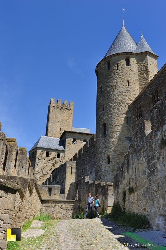 Quitter la cité de Carcassonne par la porte de l'Aude photo pascal blachier au delà du cliché