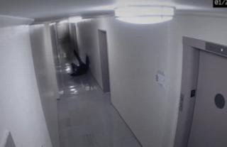 fantasma ataca a un hombre en un corredor pasillo
