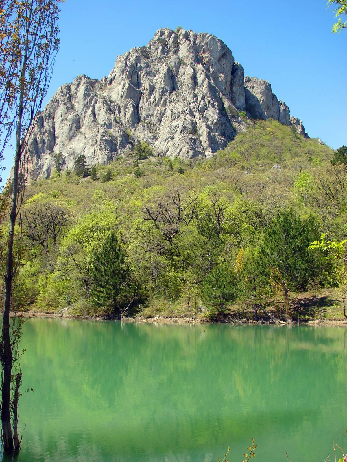 Скала Биюк-Исар и озеро