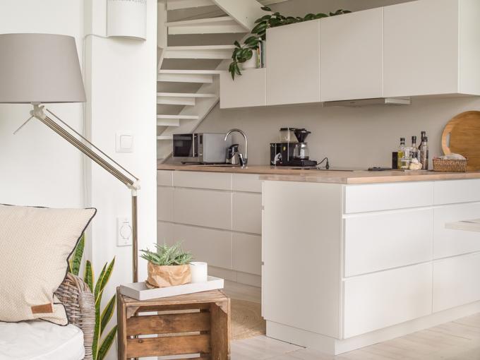 moderni valkoinen vetimetön keittiö vanhassa talossa, valkovahattu lautalattia