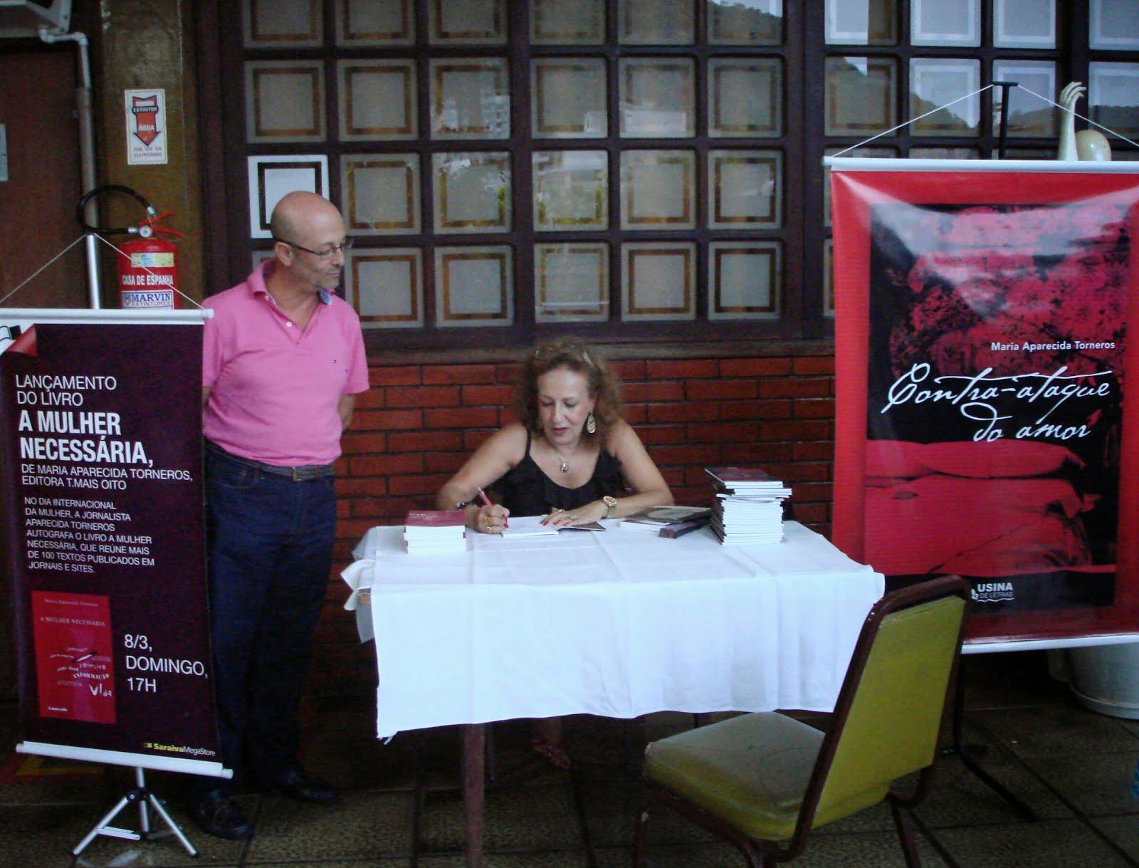 Autografando livros na Casa de España