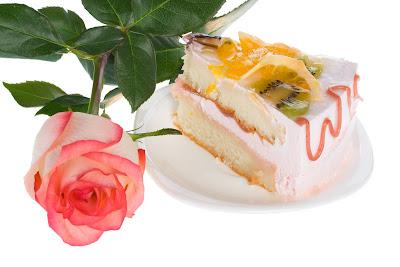 Rosa bonita y rebanada de pastel