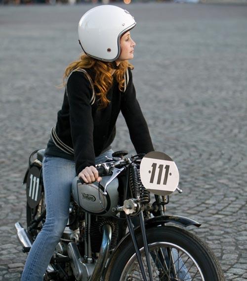 Mulher de jeans em moto, gostosa na moto,woman on bike, babes on bike,women in jeans on bike
