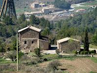 Cal Cebrià a la Vall Seca i al seu darrere, al fons, Can Sivila