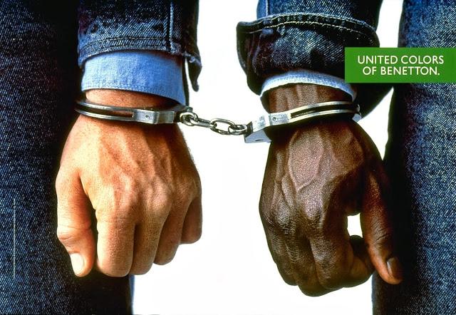 United Colors of Benetton, de 1989: propaganda de um homem negro algemado a um homem branco.