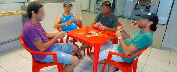 Bêbados são presos por jogar truco dentro de banco para aproveitar ar condicionado