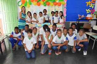 Estudantes e a professora Márcia Sampaio comemoram formatura no curso 'TIM Faz Ciência'