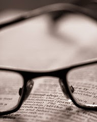 la imagen muestra unas gafas de lentes apoyadas en un libro
