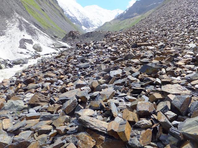 Каменная осыпь в Кармадонском ущелье