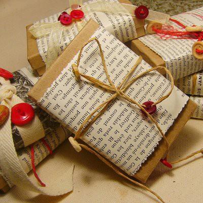 Mira que original y bonito queda con papel de peri dico - Envolver regalos original ...