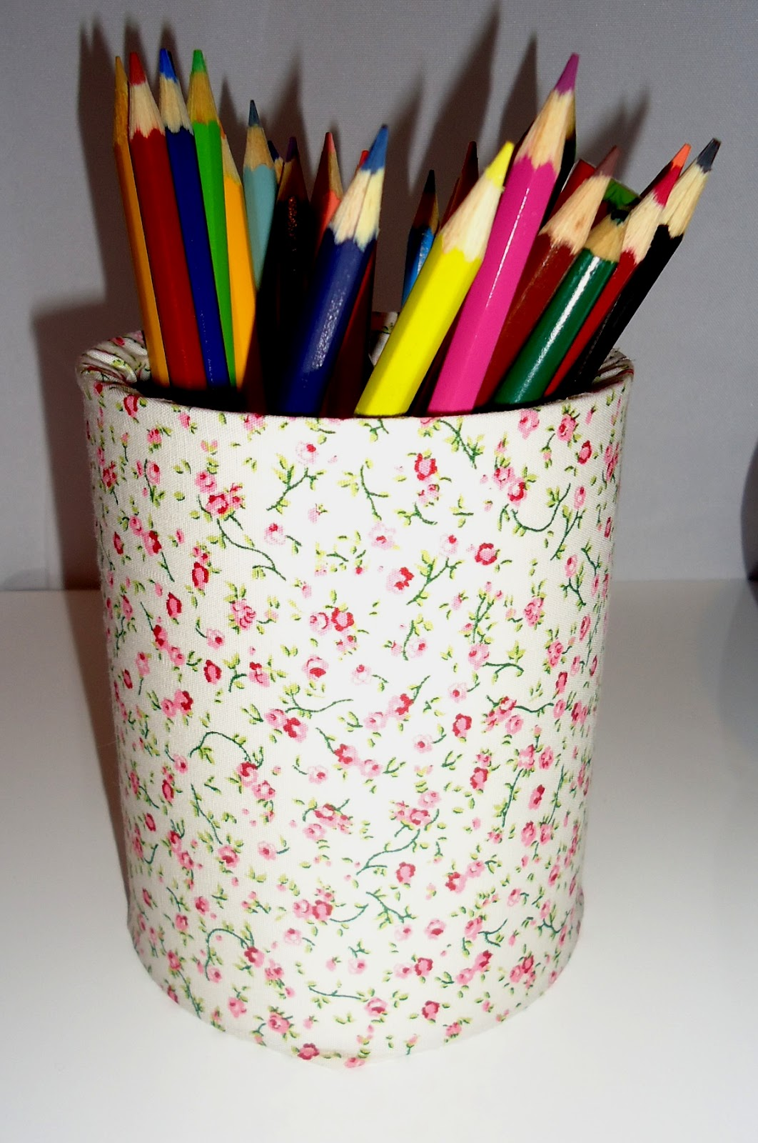 Na escrivaninha objetos para crianças maiores substituem os produtos  #C5BF06 1062x1600