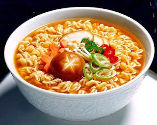 Bahaya Makan Mie Instan Pakai Nasi