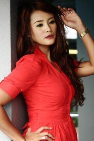Almy Nadia Seksi Gaya Hot Tertarik Menarik Artis Malaysia
