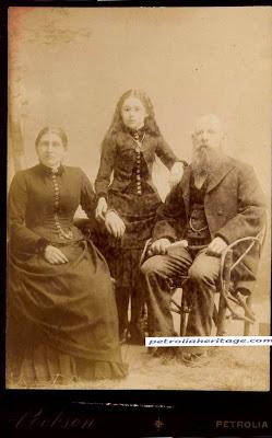 niña zombie colocada en la foto junto a sus padres