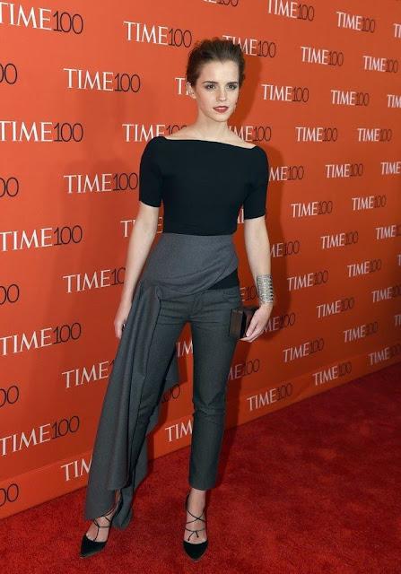 7 dias sete looks de Emma Watson - calça-saia cinzenta e blusa preta
