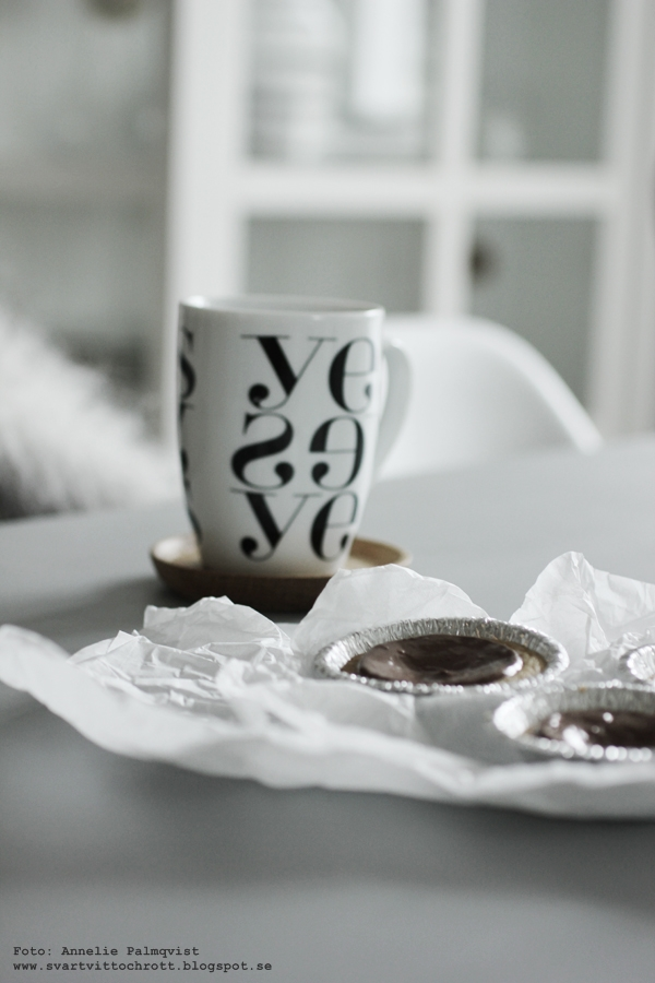 yes mugg, muggar, snygg mugg, kopp, kaffekopp, kaffekoppar, grafiska, grafiskt, grafiska, grafisk, svart och vitt, svartvita, svartvit, svartvitt, vitt, vit, vita, muggar med text, dumlekaka, dumlekakor, dumlekolor, noblesse, att frysa in, kaffebröd, kaffekaka, snabb kaka med choklad, chokladkaka, annelies design & interior, webbutik, webbutiker, webshop, nettbutikk, nettbutikker,