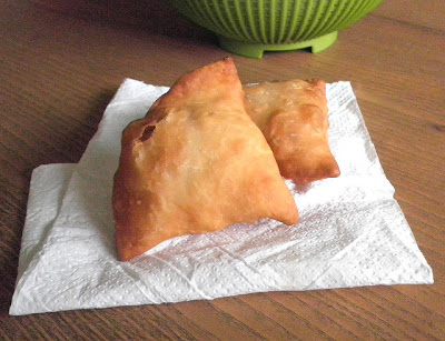 Mini Samosa Recipe @ http://treatntrick.blogspot.com