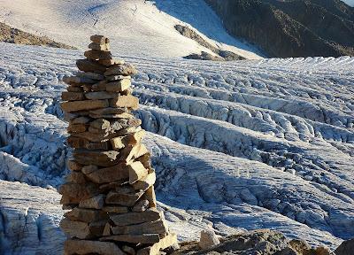 cairn minéral au-dessus du glacier du Tour dans le Mont-Blanc