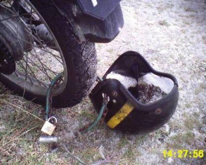 http://4.bp.blogspot.com/-UVbKy7WKql0/TtSekGjdKYI/AAAAAAAAFSY/zCpIm-8Ko8M/s1600/rantai+helmet+di+tayar+motor.jpg