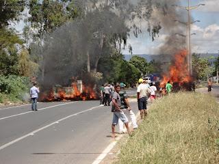 Pneus incendiados em protesto na Av. Leão Sampaio em Juazeiro do Norte.