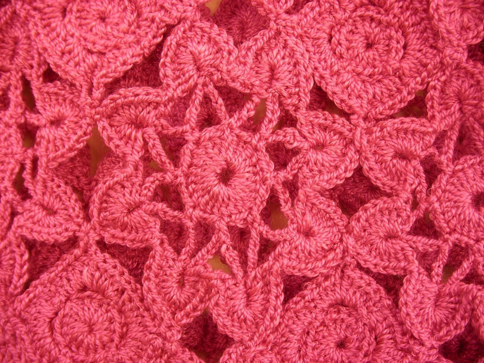 Jersey cuello bote y manga corta de flores tejidas a crochet.