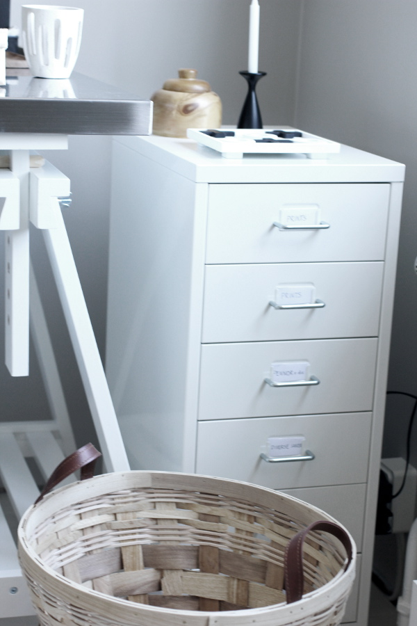 plåtskåp från IKEA, skrivbord bockar från ikea, aluminiumskiva från ikea, flätad korg från em möbler