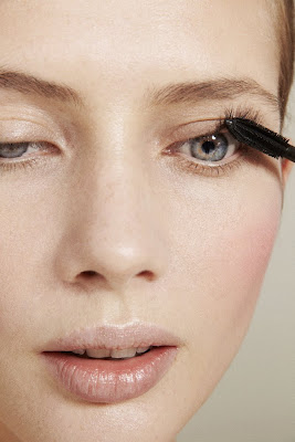 photographe beauté paris, woman applying mascara, beauty photography, long eyelashes