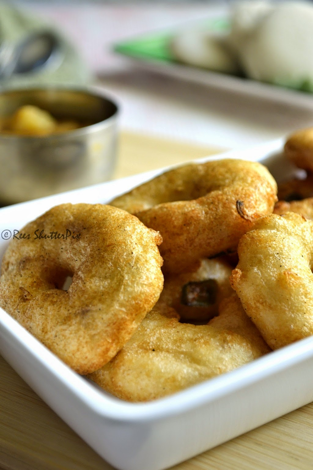 ulundu vada,medhu vadai recipe,ulundu vadai tips,ulundu vadai recipe with video,how to make medu vada step by step,how to make ulundu vada video,medu vada recipe,step by step ulundu vadai recipe, easy vada recipe, soft and crispy vada recipe, sambar vada recipe