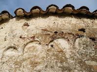 Detall de l'absis amb les arcuacions amagades sota l'arrebossat