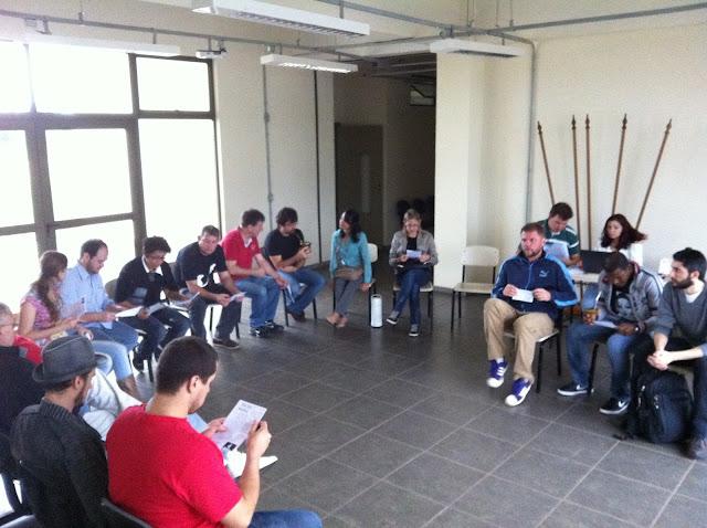 Professores reunidos em assembleia no saguão de entrada do campus