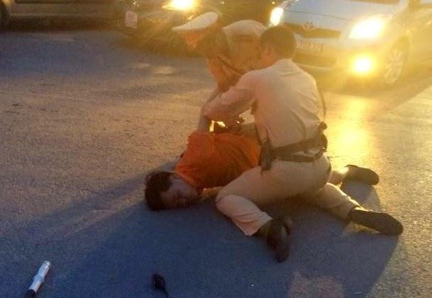 Nhổ nước bọt, vụt cảnh sát giao thông giữa ngã tư