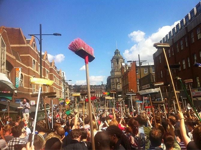 Жители Лондона объединились, чтобы вместе ликвидировать беспорядок на улицах после массовых акций протеста в британской столице в 2011 году.